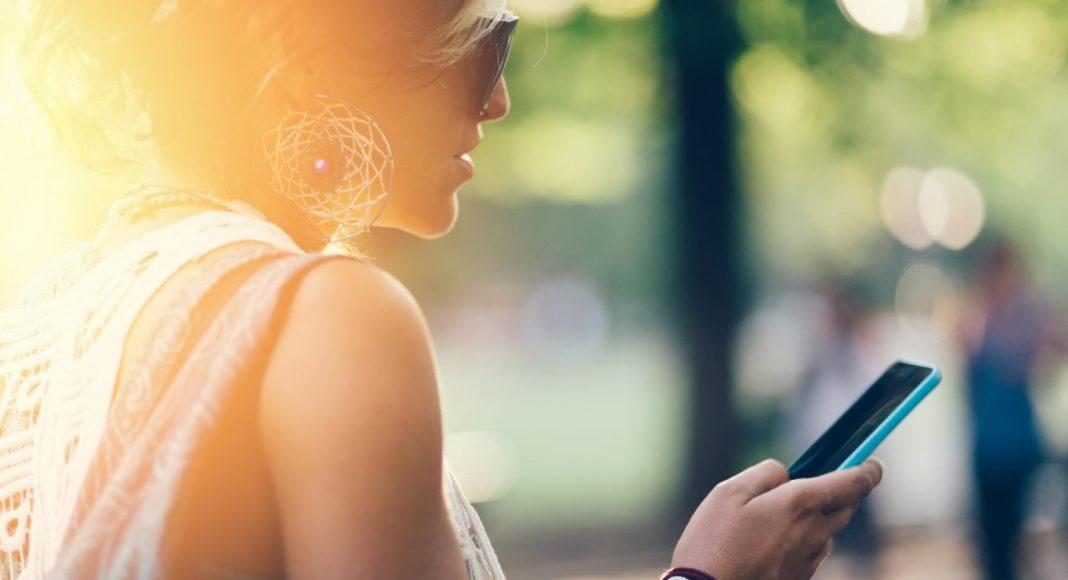 Junge Frau am Smartphone